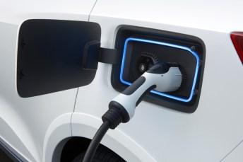 Betankt wird er mit 6,8 kW in bis zu acht Stunden an einer 220V-Haushaltssteckdose oder mit Gleichstrom in 30 Minuten bis zwei Stunden mit 100 bis80 kW. © Borgward