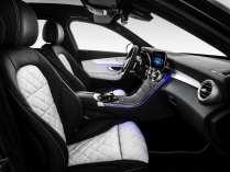 Die C-Klasse verfügt über berührungssensitive Touch-Controls im Lenkrad. Wie die Oberfläche eines Smartphones reagieren sie auf Wischbewegungen. Damit erlauben sie die Steuerung der Funktionen des Kombiinstruments und des gesamten Infotainments, ohne dass der Fahrer die Hände vom Lenkrad nehmen muss. Foto: Auto-Medienportal.Net/Daimler