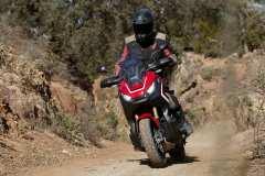 Auf der Straße und im leichten Gelände machen sich die technischen Neuerungen nicht krass, aber durchaus positiv bemerkbar. Die Honda X-ADV. Foto: Auto-Medienportal.Net/Honda