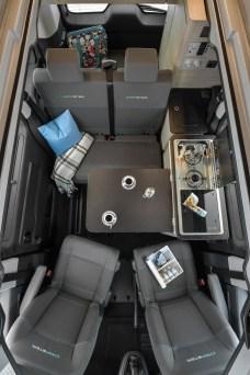 Vier Mitfahrer haben Platz im Campster, auch wenn die Kücheneinrichtung genutzt wird. © Citroen