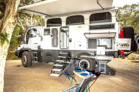 Typisch für australische Fahrzeuge und durchaus praktisch ist die Außenküche mit Elektro-Grill. Foto: Auto-Medienportal.Net/Earthcruiser