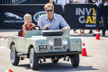 Prinz Harry lässt sich in einem Miniatur-Land-Rover chauffieren (2017). Foto: Auto-Medienportal.Net/Land Rover