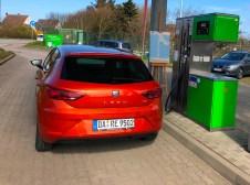 Der Seat Leon an einer Erdgas-Tankstelle auf Sylt. Foto: Klaus H. Frank