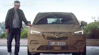 """Auch so kann ein Opel aussehen: Jürgen Klopp in der jüngsten Opel-Kampagne an """"seinem"""" verdreckten Grandland X, nachdem Bettina Zimmermann diesen auf Herz und Nieren getestet hat. Foto: Opel"""