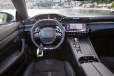 Ungewöhnlich: ein Schmales Cockpit über dem Lenkrad. Dazu ein klar gegliederter Digital-Analog-Mix in der Mittelkonsole. © Peugeot