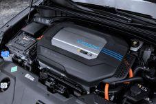 Dass im Motorraum des Nexo eine revolutionäre Technik lautlos ihre Arbeit verrichtet, ist erst bei genauem Hinsehen auf das Heck des Wagens zu erkennen - Auspuffrohre aus denen CO2 oder andere Schadsubstanzen strömen? Fehlanzeige, denn statt umweltschädlicher Abgase bläst die Geländelimousine ausschließlich Wasserdampf nach draußen.
