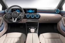 Schicker moderner Innenraum mit lernfähigem Infotainment-System MBUX, das gegen Aufpreis zu haben ist. © Daimler