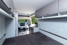 In den geräumigen Schränken ist ausreichend Platz, um Motorrad-Schutzkleidung, Helme und alles weitere Gepäck zu verstauen. Foto: Citroën