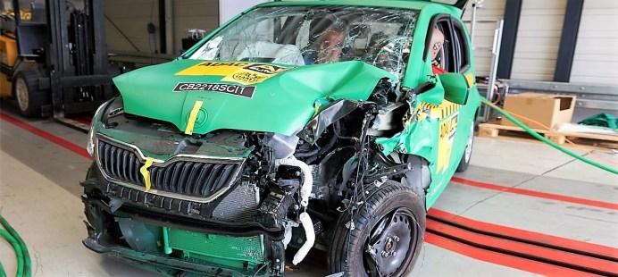 Der Skoda zieht sich dabei am besten aus der Affäre, weil es die A-Säule gerade noch schafft, die Last des Aufpralls abzufangen bzw. Energie aufzunehmen. Foto: Auto-Medienportal.Net/ADAC