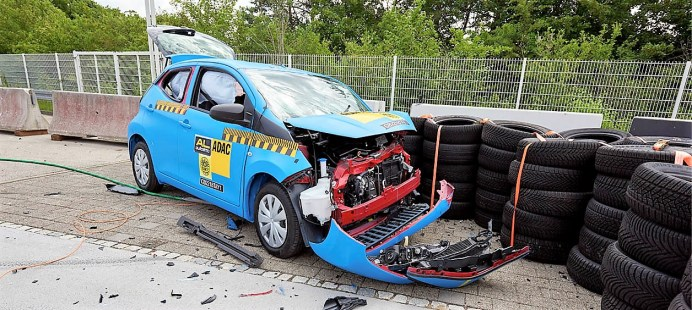 Toyota Aygo beim ADAC-Crashtest. Auch der Brustbereich der Fahrer ist in allen drei Pkw nicht ausreichend geschützt, im Toyota drohen sogar schwere Verletzungen. Foto: Auto-Medienportal.Net/ADAC