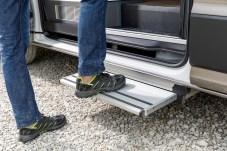Eine elektrisch ausfahrbare Trittstufe an der Schiebetür erleichtert den Ein- und Ausstieg. Foto: Volkswagen