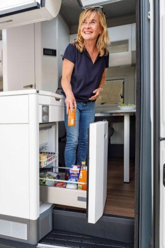Der große Kühlschrank ist von innen und außen erreichbar. Foto: VW