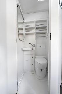 Neben Toilette und Dusche ist das Bad unter anderem mit einem klappbaren Waschbecken, Regalen inklusive Fixierung der Dusch-Utensilien und einem Schrank ausgestattet. Foto: Volkswagen