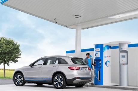 Der Mercedes-Benz GLC F-Cell an der Wasserstofftankstelle. Foto: Auto-Medienportal.Net/Daimler