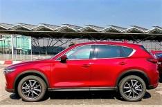 Außerlich unverändert: der Mazda CX-5 im spektakulären Magmarot Metallic. Foto: Klaus H. Frank