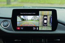 Mit nur 7 Zoll Durchmesser wirkt das Display etwas verloren auf dem Cockpit. Foto: Mazda