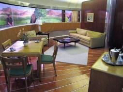 Raumaufteilung und Möbel waren den gerundeten Außenwänden des Dymaxion House angepasst.