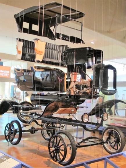 Wirkungsvoll an Stahldrähten aufgehängt ist ein Explosionsmodell des legendären T-Modells von Ford.
