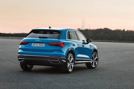 Prägnant modellierte Radkästen und schmale LED-Rückleuchten bestimmen die Heckansicht. © Audi