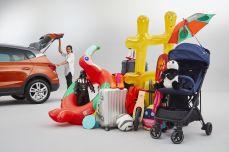 Drei Koffer, zwei aufblasbare Luftmatratzen, ein Buggy, ein Sonnenschirm und eine endlose Zahl an Kinderspielzeugen: Das ist das typische Gepäck, das eine Familie vor der Urlaubsreise in ihr Fahrzeug lädt. Foto: Seat