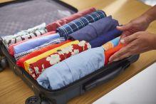 Mit der KonMar-Methode lässt sich zusätzlicher Platz im Koffer schaffen, indem man Kleidungsstücke aufrollt und vertikal platziert. Foto: Seat