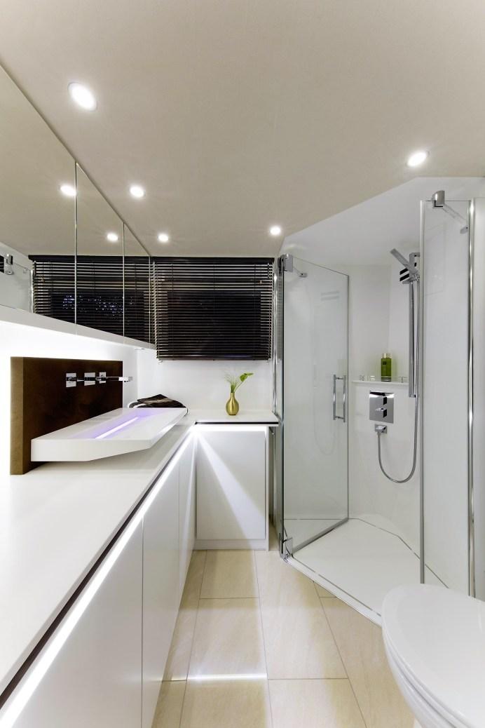 Das großzügige Bad bietet eine Dreiloch-Waschtisch-Armatur, indirekte Beleuchtung und ein Aufsatzwaschbecken. Foto: Auto-Medienportal.Net/Vario Mobil