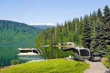 So ganz neu ist die Idee nicht, bereits in den 1960er Jahren des vergangenen Jahrhunderts gab es erste schwimmende Wohnwagen. Doch nun wurde die Idee wieder aufgegriffen. Hier am See beim Alaskan Highway. Foto: Auto-Medienportal.Net/Caravanboat