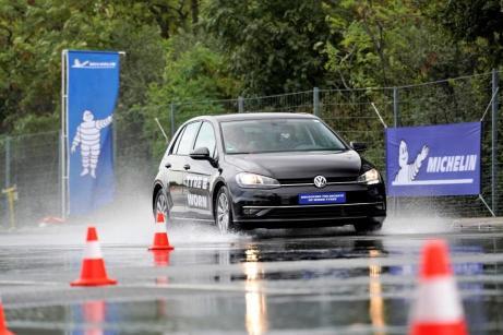 Michelin testet das Bremsverhalten bei Nässe von Neureifen und gefahrenen Reifen. Foto: Michelin