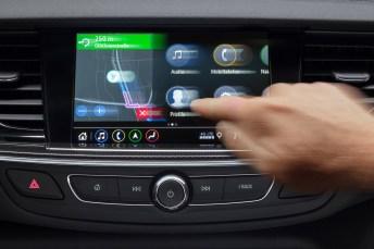 Gewohnte Bedienung: Die Nutzer können die neuen Opel-Infotainment-Systeme wie beim Smartphone per Zoom-Funktion und fließendem Scrolling steuern. Foto: Opel