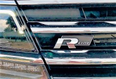 Das R-Line-Logo in Kühlergrill. Foto: Klaus H. Frank