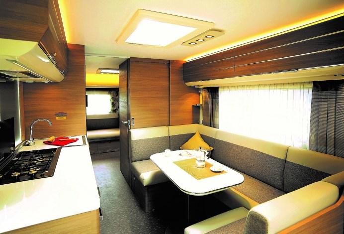 Die Sitzgruppe im Adria Ardena 673 kann zum Doppelbett umgebaut werden.