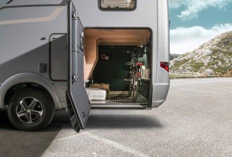 Die Garage im Hymermobil B-Klasse SupremeLine 708 bietet mit einem lichten Lademaß von 100 x 113 cm rechts und 65 x 113 cm links großzügige Zugangsmöglichkeiten. Foto: Hymer