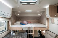 Serienmäßig ist das Hymermobil B-Klasse SupremeLine mit einem Hubbett als Querbett ausgerüstet. Es ist beidseits mit hellen LED-Strahlern ausgestattet, so dass auch Bücherwürmer am Abend noch auf ihre Kosten kommen. Foto: Hymer
