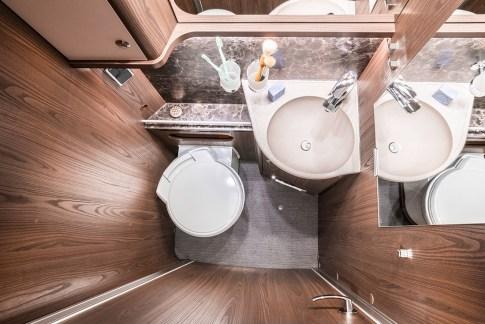 Für ungestörte Privatsphäre kann die Toilette durch eine Türe vom restlichen Bereich separiert werden. Foto: Hymer