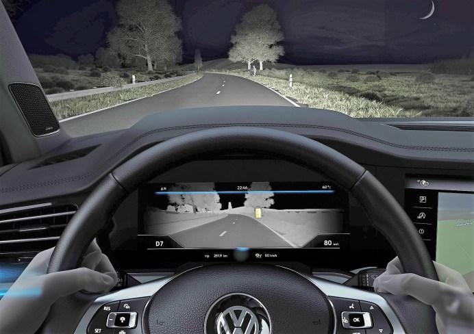 Als erster Volkswagen ist der neue Touareg mit einer Nachtsichtunterstützung erhältlich: Nightvision. Eine Infrarotkamera registriert dabei die von Lebewesen ausgehende Infrarotstrahlung. Erkannte Personen und Tiere werden in einem Schwarz-Weiß-Bild je nach Risiko gelb oder rot markiert. Das Bild selbst wird in die digitalen Instrumente (Digital Cockpit) übertragen. Registriert Nightvision eine Gefährdung, warnt es den Fahrer aktiv via optischem Hinweis. Foto: VW