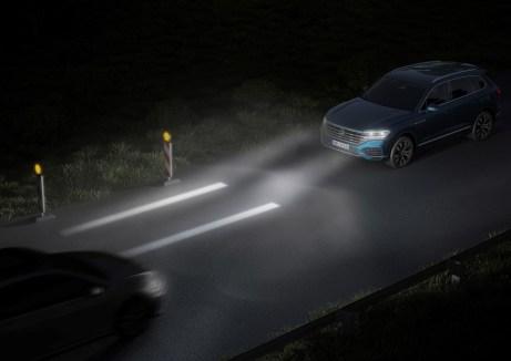 HD-LCD-Scheinwerfer zeichnen Hilfslinien auf die Fahrbahn, an denen sich der Fahrer orientieren kann. Foto: Volkswagen