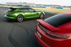 Sportliche Brüder: der Porsche Panamera GTS und der praktische Panamera GTS Sport Turismo mit großer Heckklappe. © Porsche