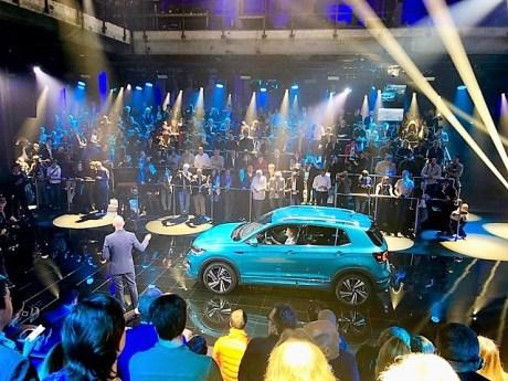 Einige hundert Journalisten bei der Weltpremiere des VW T-Cross in einer alten Zuckerfabrik von Amsterdam. Foto: Klaus H. Frank