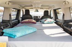 Auf speziellen Stützbeinen und Schienen wird das Bett dann oberhalb der Rücksitze ausgeklappt und gehalten. Foto: Toyota