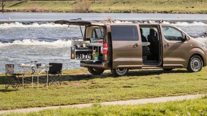 Die Box des Camping-Spezialisten Ququq umfasst ein ausklappbares Doppelbett, einen Kocher, je zwei Wasserkanister und Schüsseln sowie Stauraum. Foto: Toyota