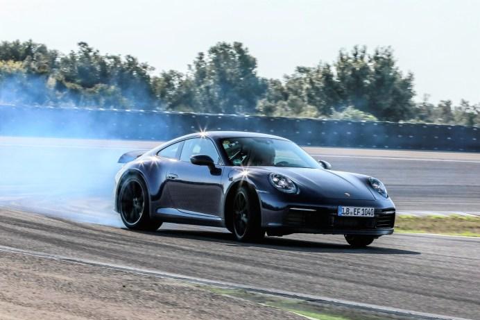 In Italien umrundeten die Versuchswagen den Hochgeschwindigkeitskurs von Nardò, wo es nicht nur um Höchst-Tempo, sondern auch um Kühlung und Handling ging. Foto: Porsche