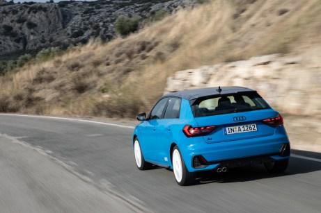 Das Heck mit sportlicher Abrisskante und LED-Rückleuchten zeigt fast Kombi-Größe. © Audi
