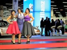 """Zeitgenössisch gekleidet liegt """"Frau"""" bei der Allianz Retro Night"""