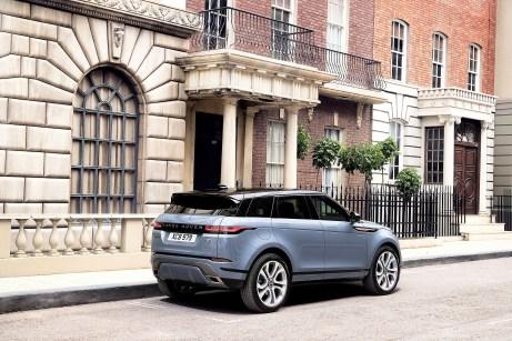 Als erstes Fahrzeug der Marke wird der Evoque als Plug-in-Hybrid angeboten. Foto: Land Rover