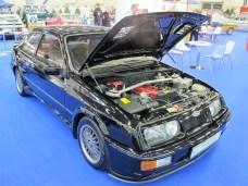 Vollgepackter Motorraum und Querstrebe im Ford Sierra RS 500 Cosworth