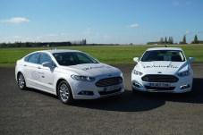 Fahrzeug-zu-Fahrzeug-Kommunikation ermöglicht die Koordination mit anderen Autos. Dem Fahrer wird eine optimale Geschwindigkeit vorgeschlagen, die es erlaubt, sicher an Kreuzungen aneinander vorbeizukommen, ohne anzuhalten. © Ford