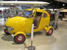 Frei stehende Räder und runder Bug mit integrierten Scheinwerfern kombinierten beim Aerocar schon Automobil- und Flugzeug-Elemente
