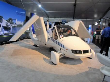 """Für den Übergang (""""Transition"""") vom Flugzeug zum Auto werden bei Terrafugia die Tragflächen geknickt und nach oben geklappt."""