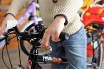 Auch Kinderräder wollen gut eingestellt sein. Von Bedeutung ist etwa die richtige Stellung der Bremshebel, die je nach Sattel- und Lenkerhöhe variiert. Nur so sind ein schneller Griff zum Hebel und eine ergonomische Handhaltung garantiert. Foto: Auto-Medienportal.Net/Pressedienst Fahrad