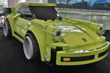 Eines der meistfotografierten Autos in L.A.: Ein Lego-Modell des Porsche 911 im Maßstab 1:1. © Marcus Efler / mid